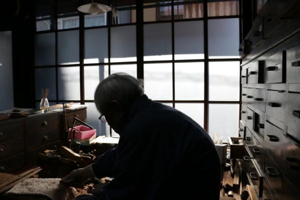 作業場で杼を作る職人さん