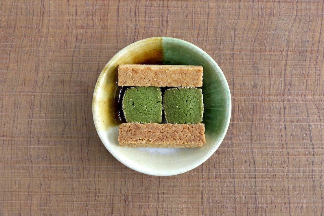 瀬戸焼の豆皿× YUIの「窯垣の小径焼菓子」