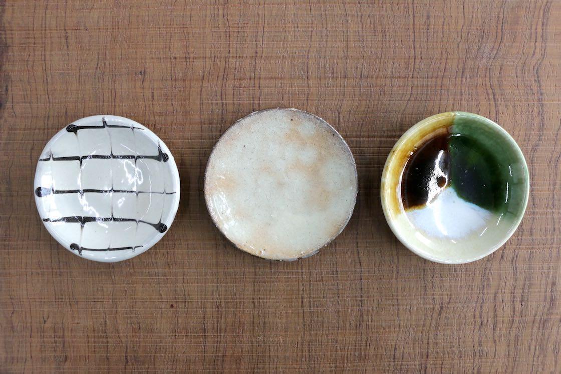 左から丹波、信楽、瀬戸の豆皿。さてどんなお菓子が載るでしょうか‥‥?