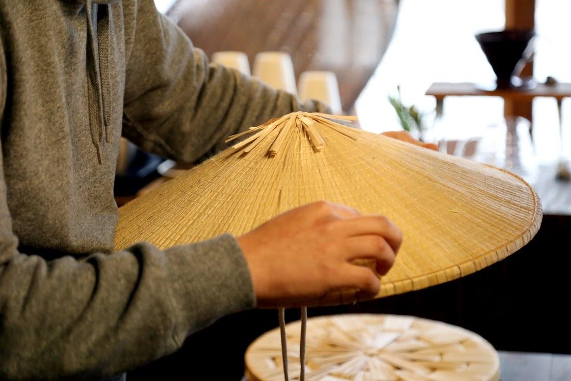 ミリ単位で菅をすくって縫い合わせる高い技術が必要です