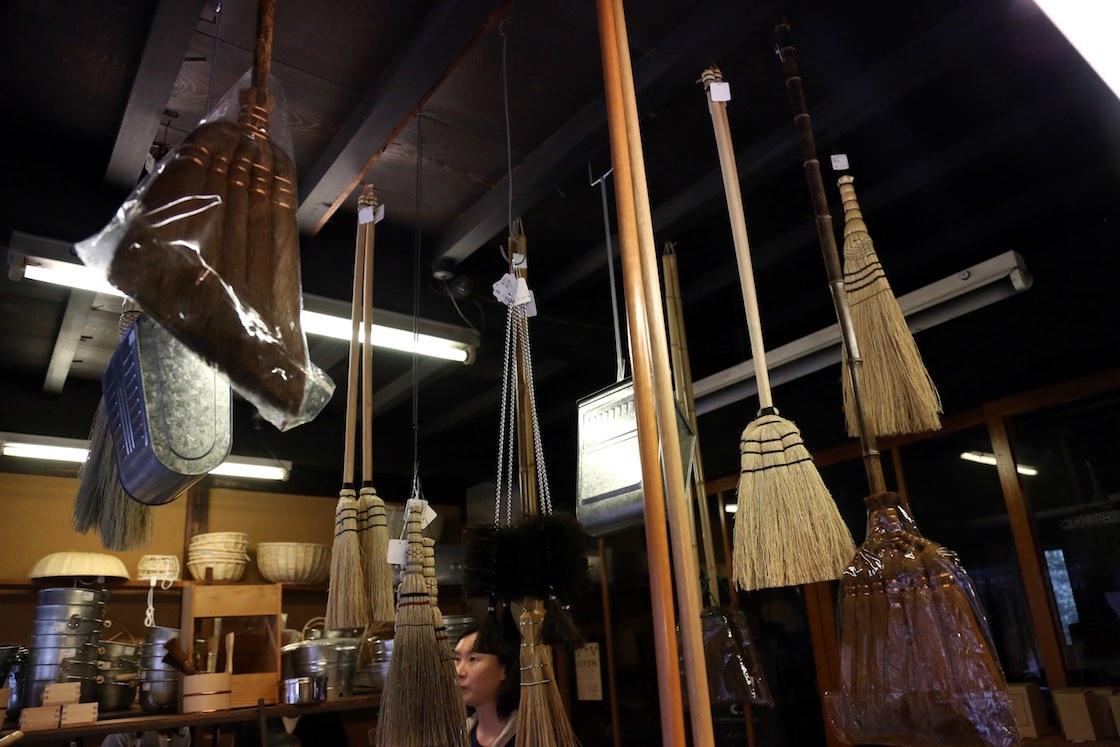 たくさんの釘が刺さっていた天井は昔の荒物屋の名残。当時と同じように商品を吊り下げています