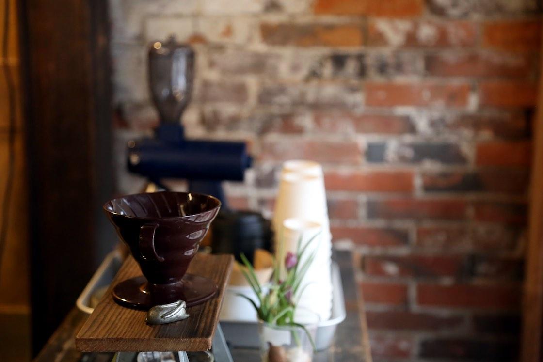 「COMMA,COFFEE STAND」のコーヒーを気軽に飲めるコーナーも。夏はかき氷スタンドになるそう