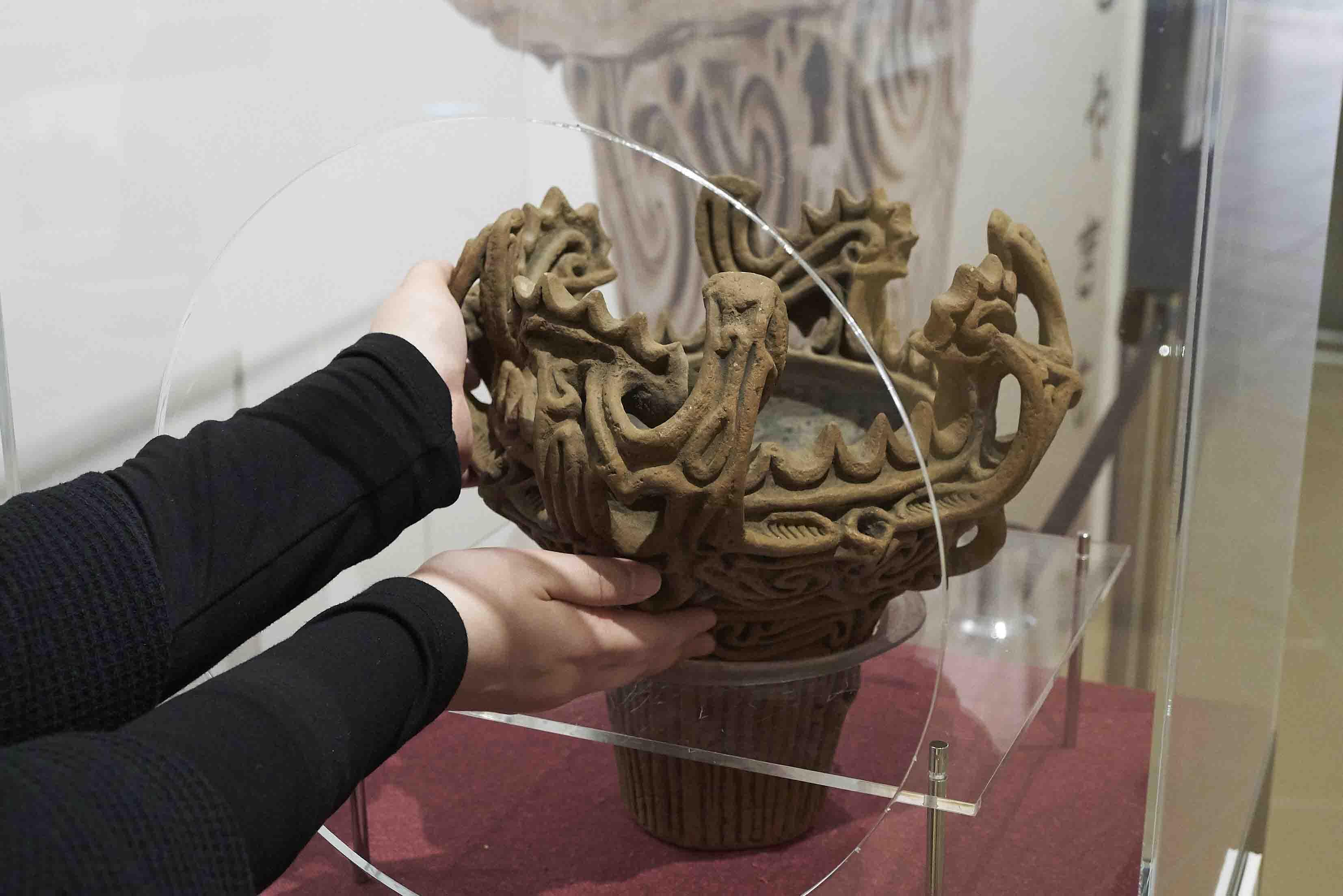 縄文土器のレプリカ。手で触れてその感触を体験できる