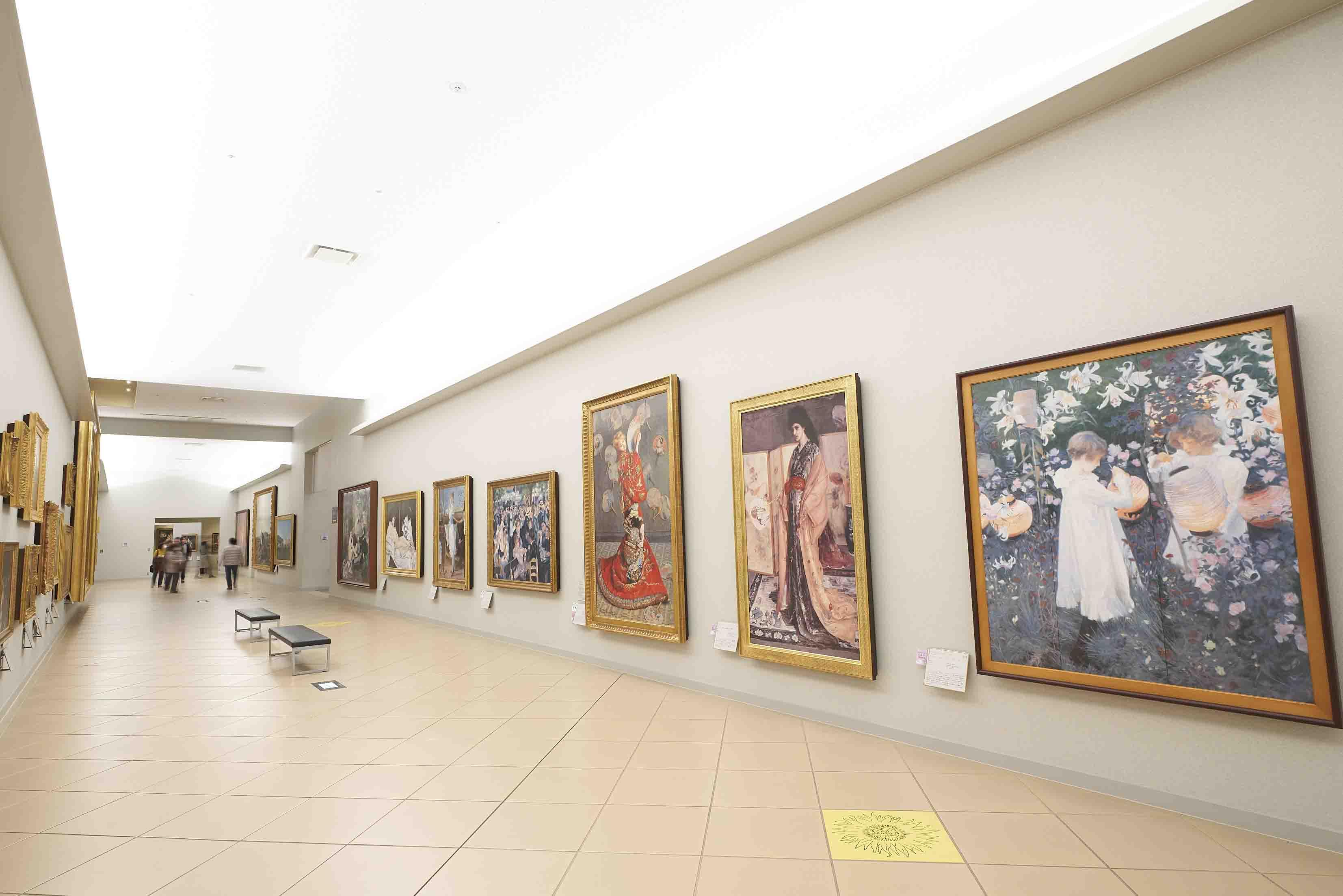 数々の名画のレプリカが並ぶ圧巻の回廊