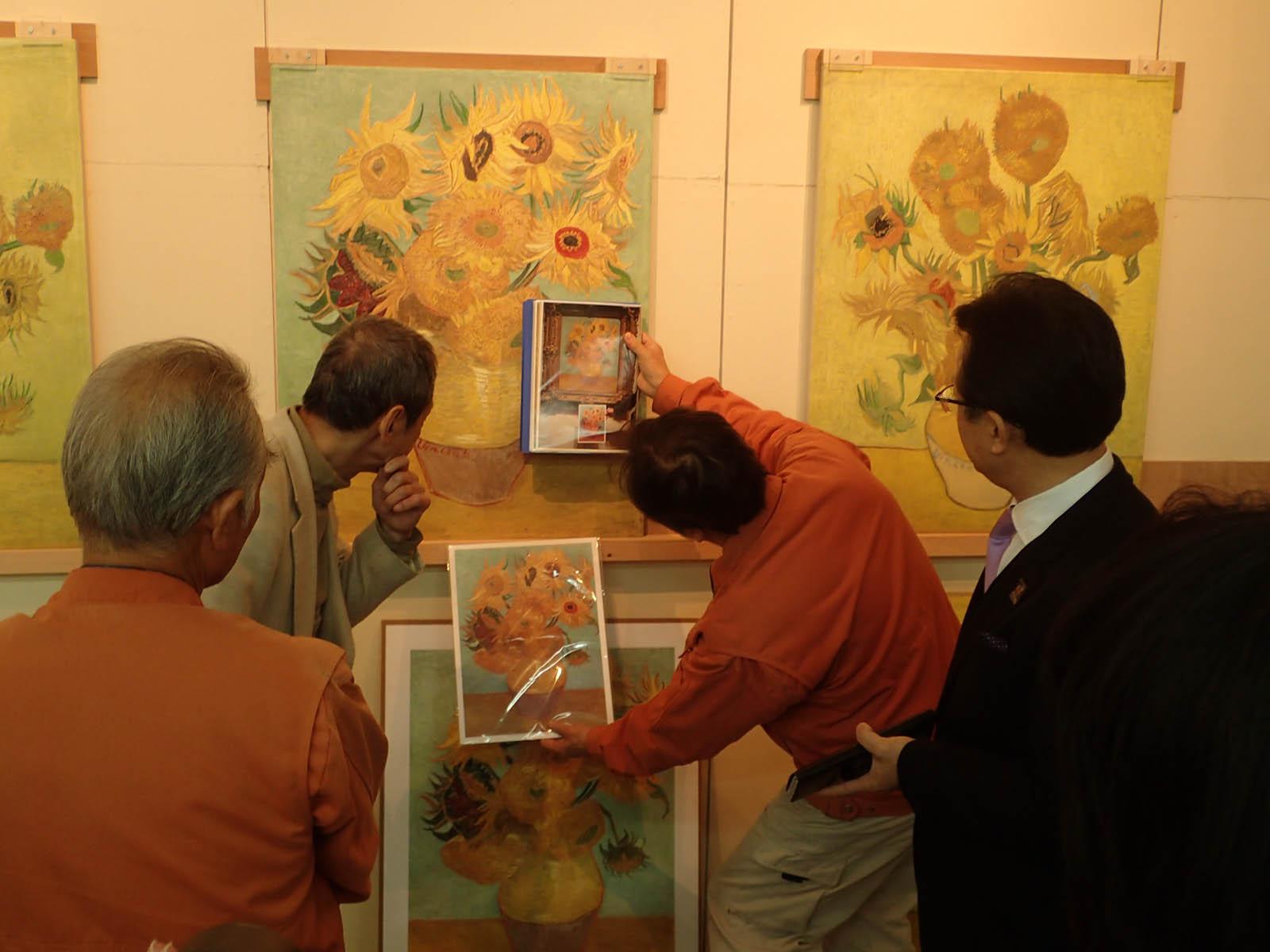 フィラデルフィア美術館所蔵のゴッホの「ヒマワリ」検証の様子。 (画像提供:大塚オーミ陶業株式会社)