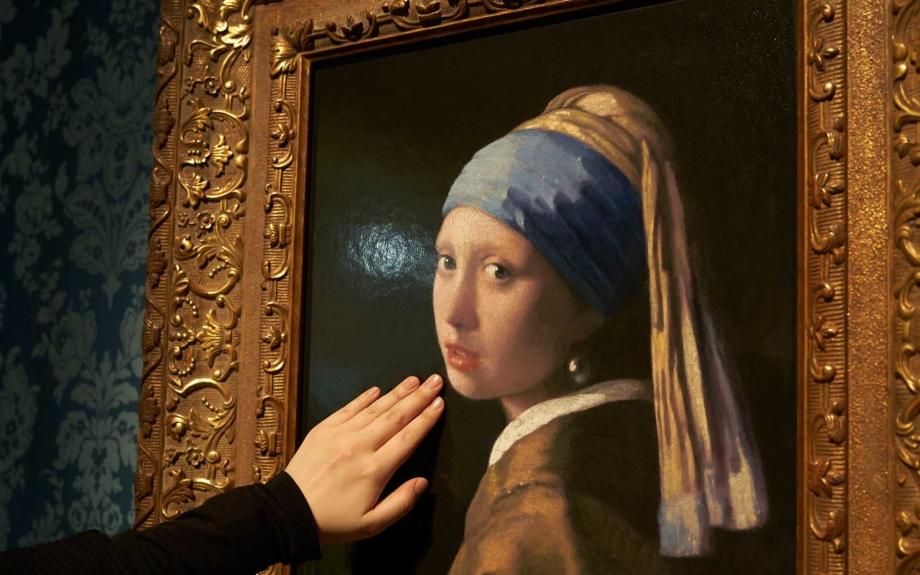 フェルメール「真珠の耳飾りの少女」。館内の作品にはそうっと触れることも可能。筆跡や絵の具のひび割れの様子を肌で感じながら作品を味わえます