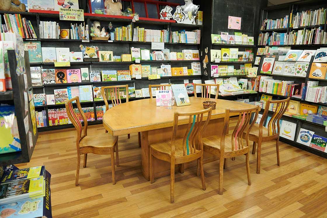 創業当時から使われているテーブル。子どもたちが絵本を読んで楽しむ姿を見つめてきた