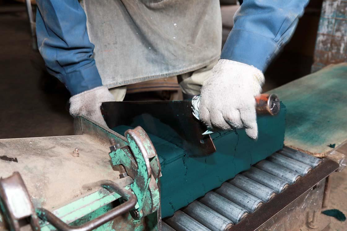 練り上がった大きな塊は「押し出し器」に入る大きさにカットします