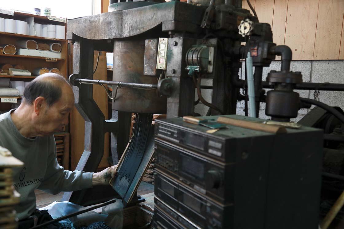 線香の成形に使われているのは、昔ながらの「押し出し器」です
