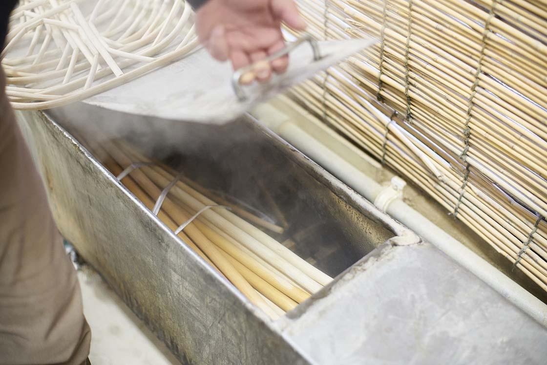 蒸し器で籐を柔らかくする工程
