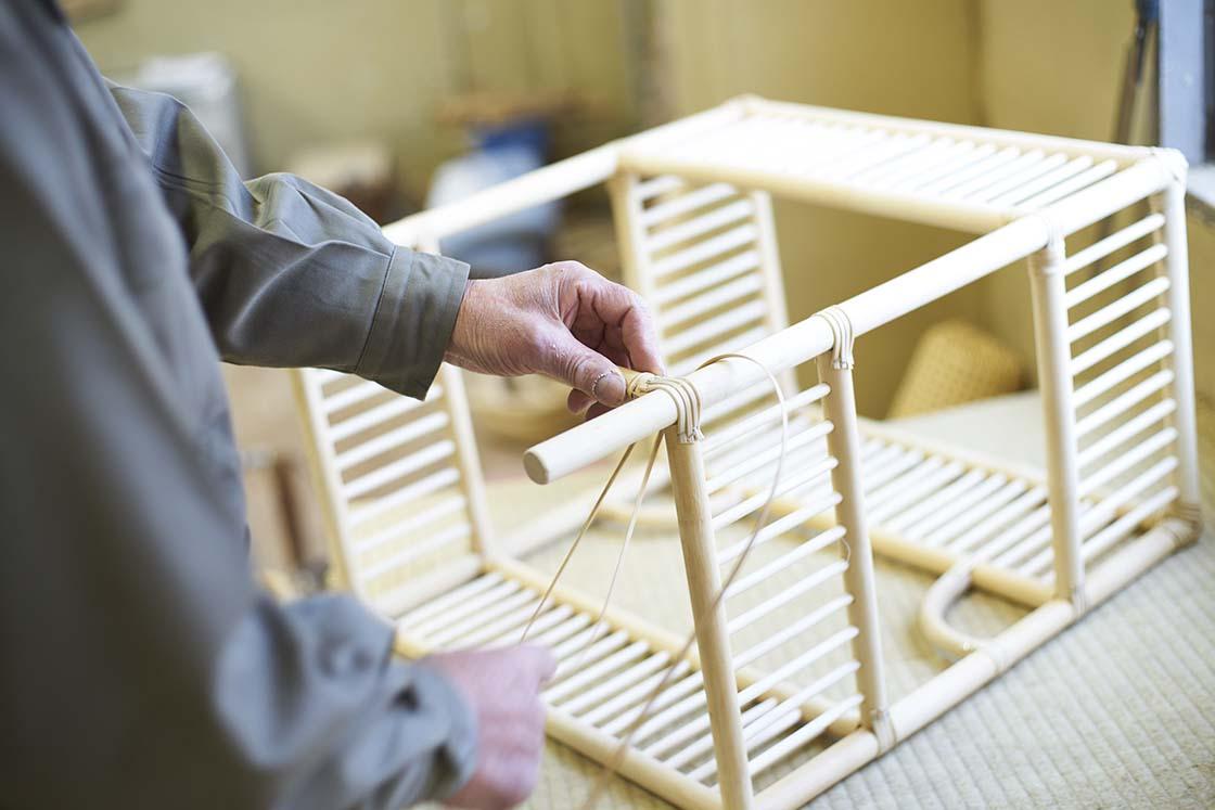 パーツごとに仕上げた部材を組み立てる作業