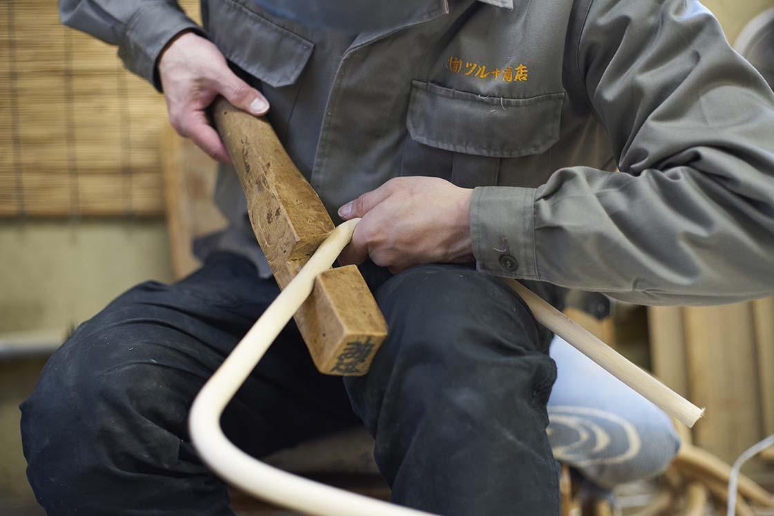 籐を曲げる工程