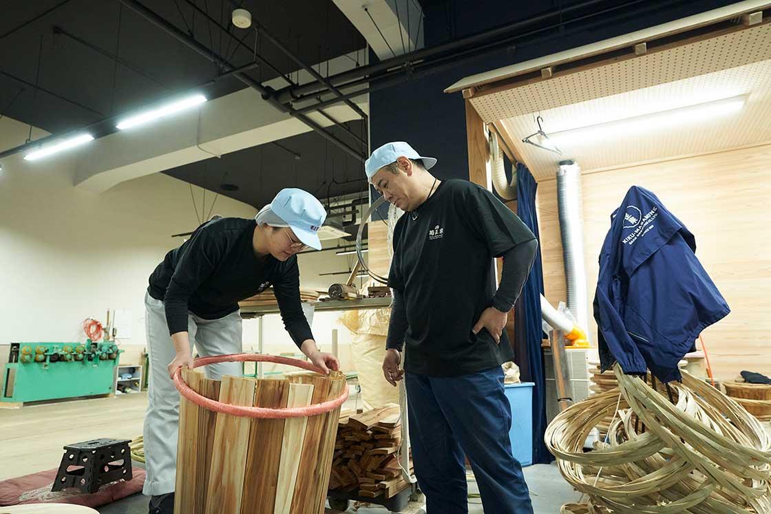 菊正宗で樽酒をつくる職人たち