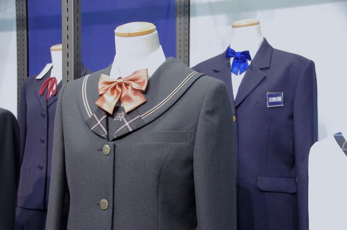 セーラー服とブレザーを兼用したデザインの制服