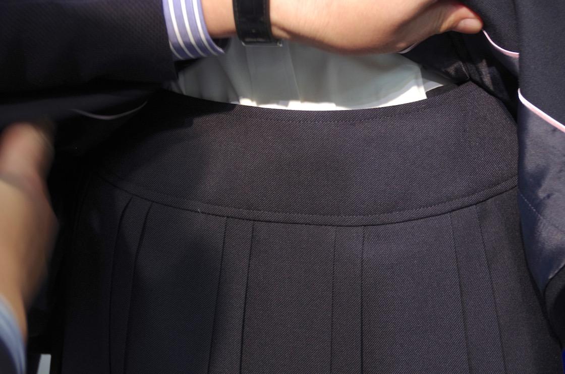 ウエスト部分がを巻きこみにくいカーブベルト仕様のスカート