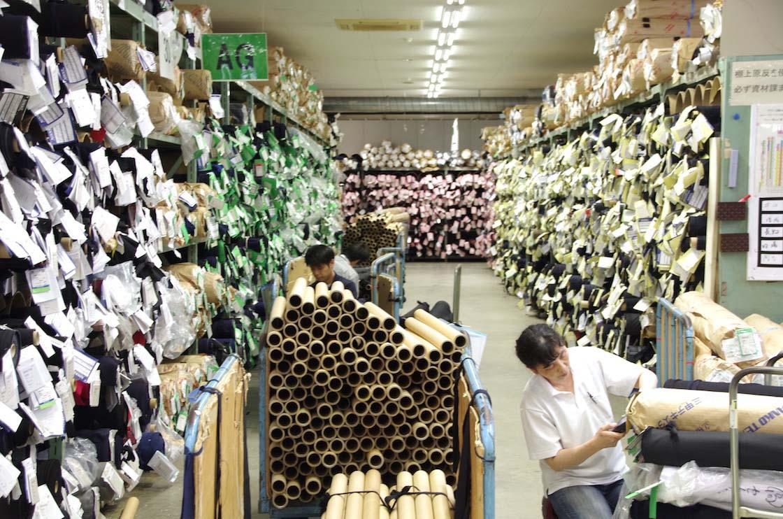 1万種類以上の生地がある倉庫内の様子