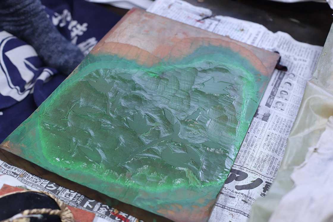 図柄の葉っぱの部分が彫られた版木。一枚の絵でも細かくパーツが分かれている