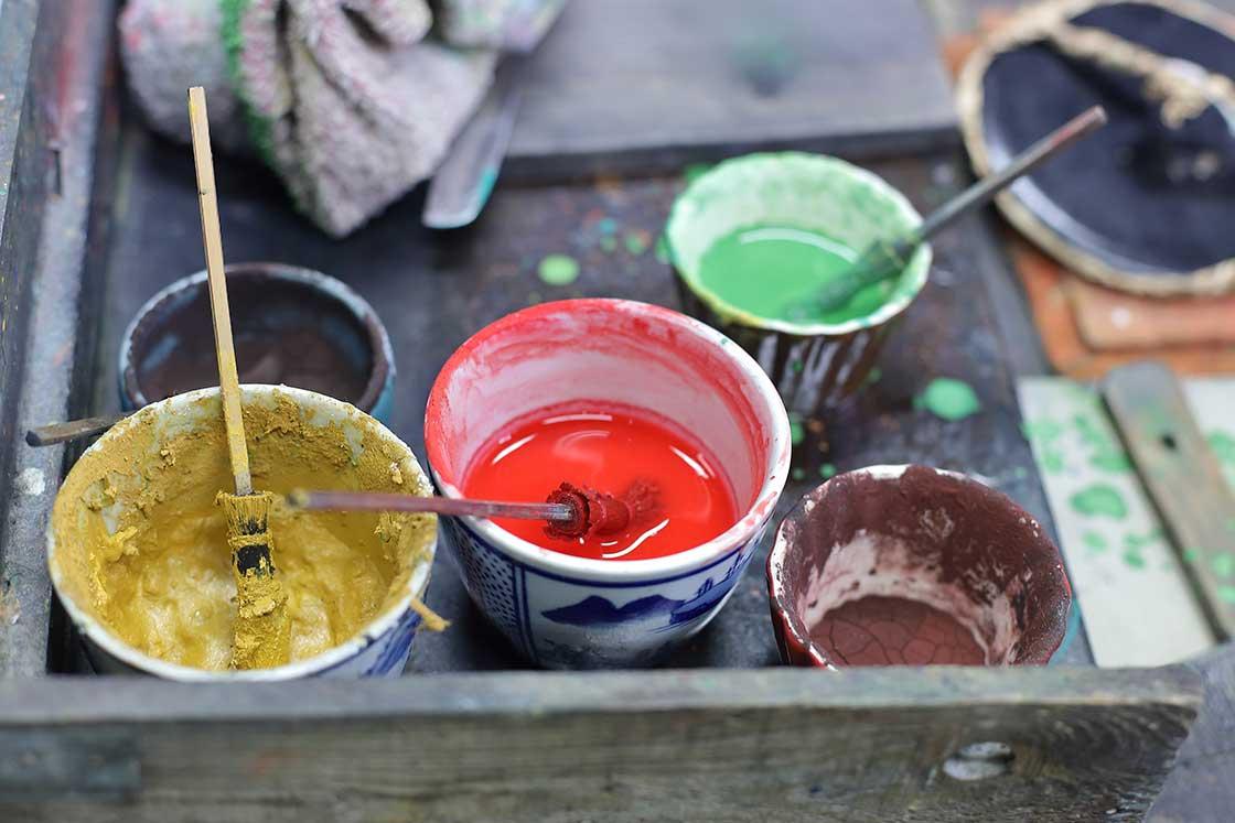絵具は顔料を使用。インクの調合も摺師の仕事