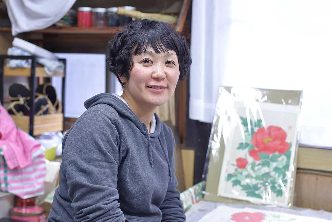 摺師の平井さん。大学卒業後から20年以上もここで摺師を務める