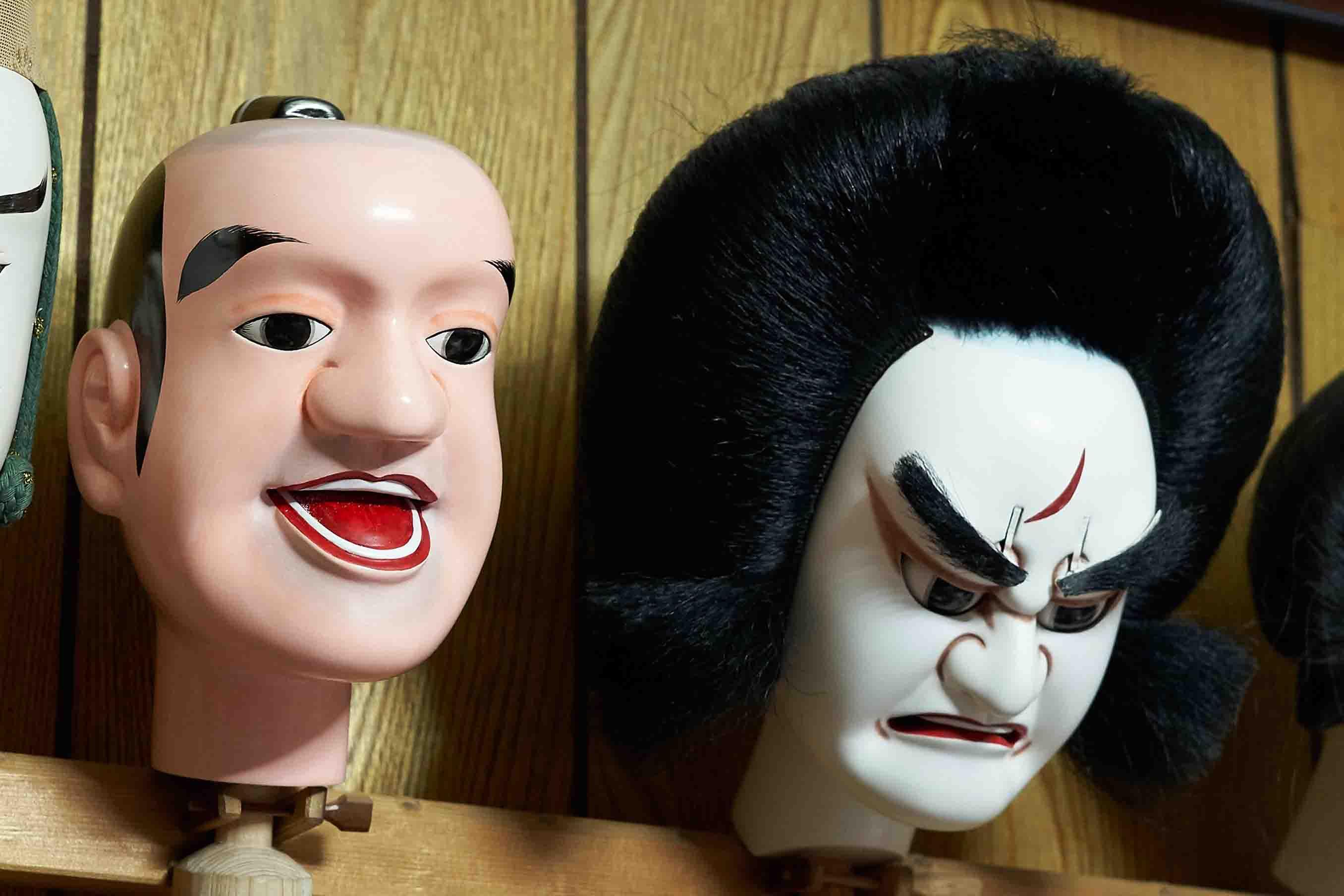 ツヤ仕上げの頭 (左) と、マットな仕上げの頭 (右)