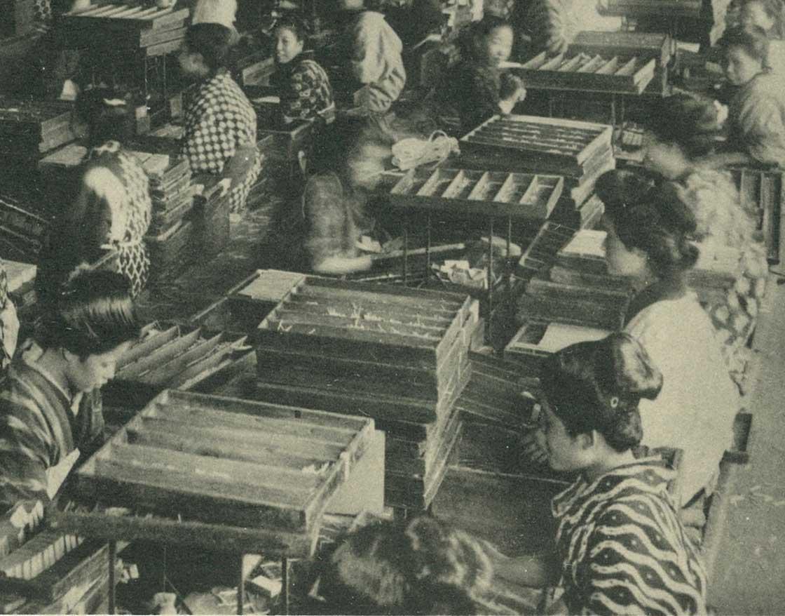 工場でマッチの箱詰めをしている様子