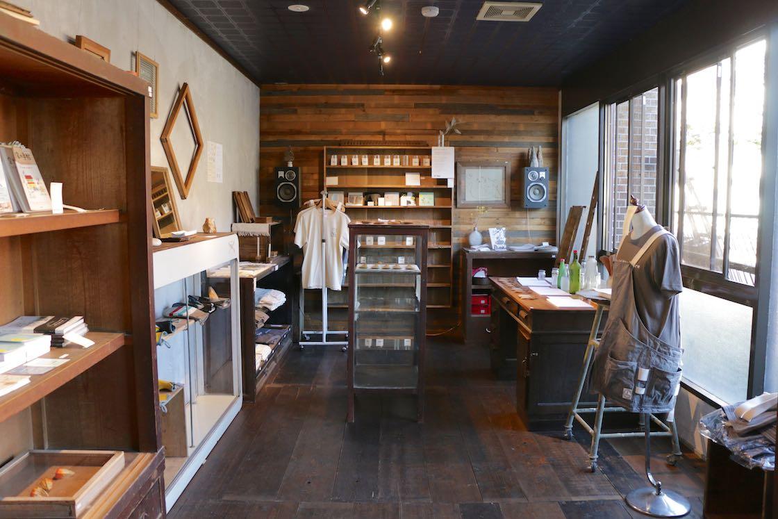 オリジナル製品やリビセンの理念に通じる雑貨や本を置くスペース。ここも古材を使って空間作りをしています