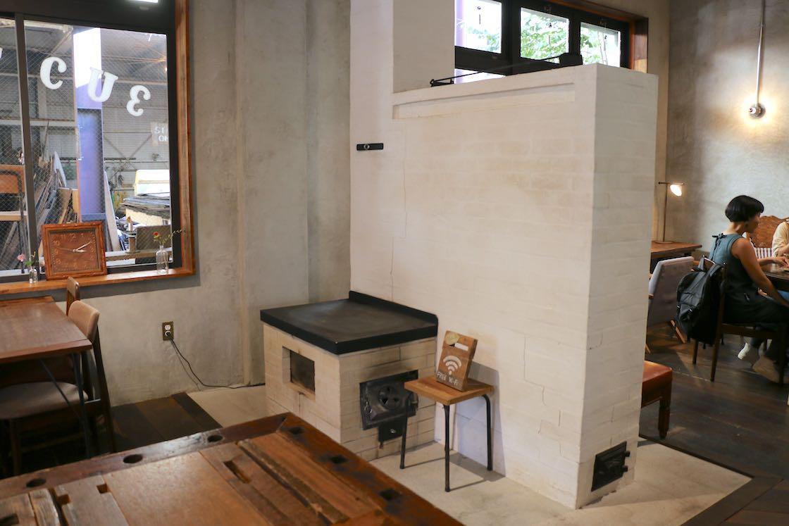 古材売り場からでる端材を薪として活用できる「ペチカストーブ」。こういったところにも無駄がない