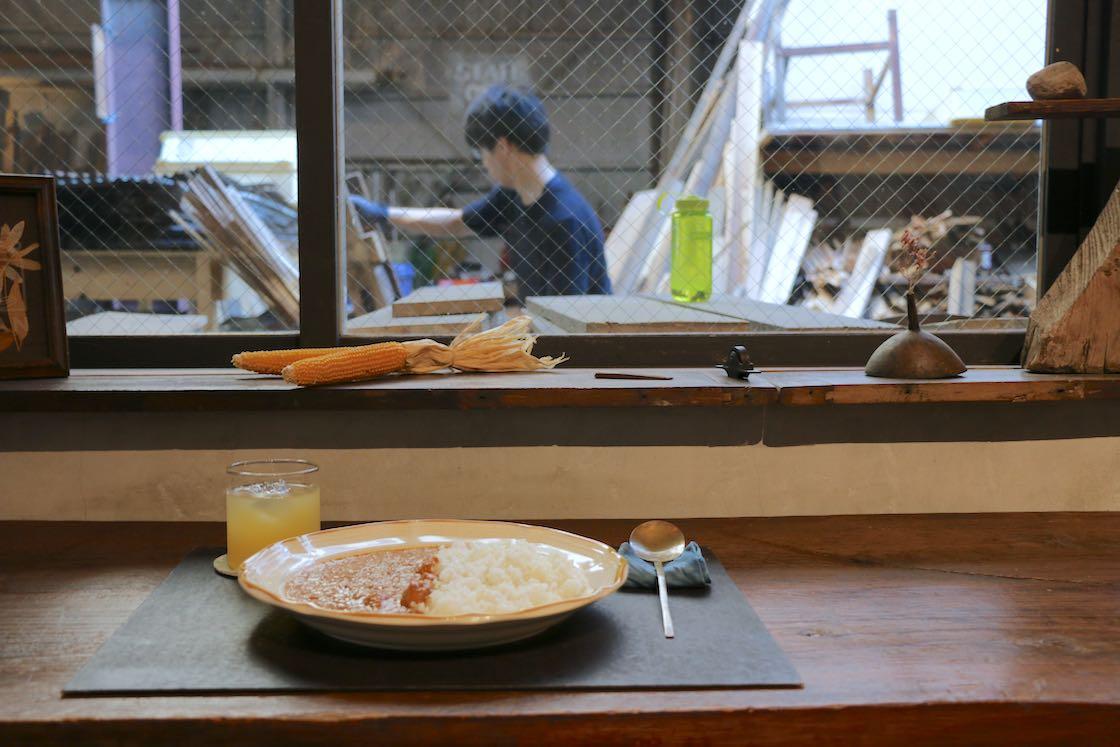 カフェは屋外の古材売り場に面しており、窓越しにその様子を見ることができます