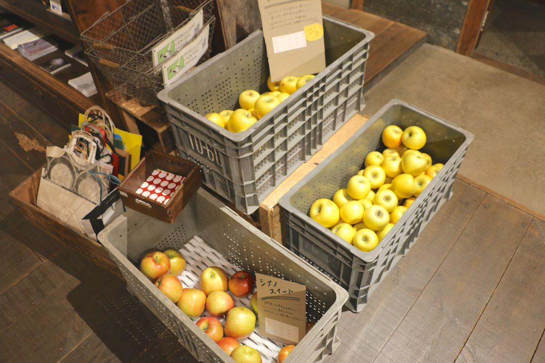 最近は食べ物のレスキューもしているそう。この日は傷がついて流通できなくなったリンゴが並んでいました