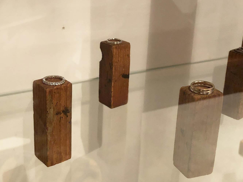 ジュエリーはオーダーメイドでの依頼も可能。また、「ふたりで作るマリッジリング教室」も行なっており、1日コース5000円 (材料費別途) でオリジナルのリングを作ることもできる