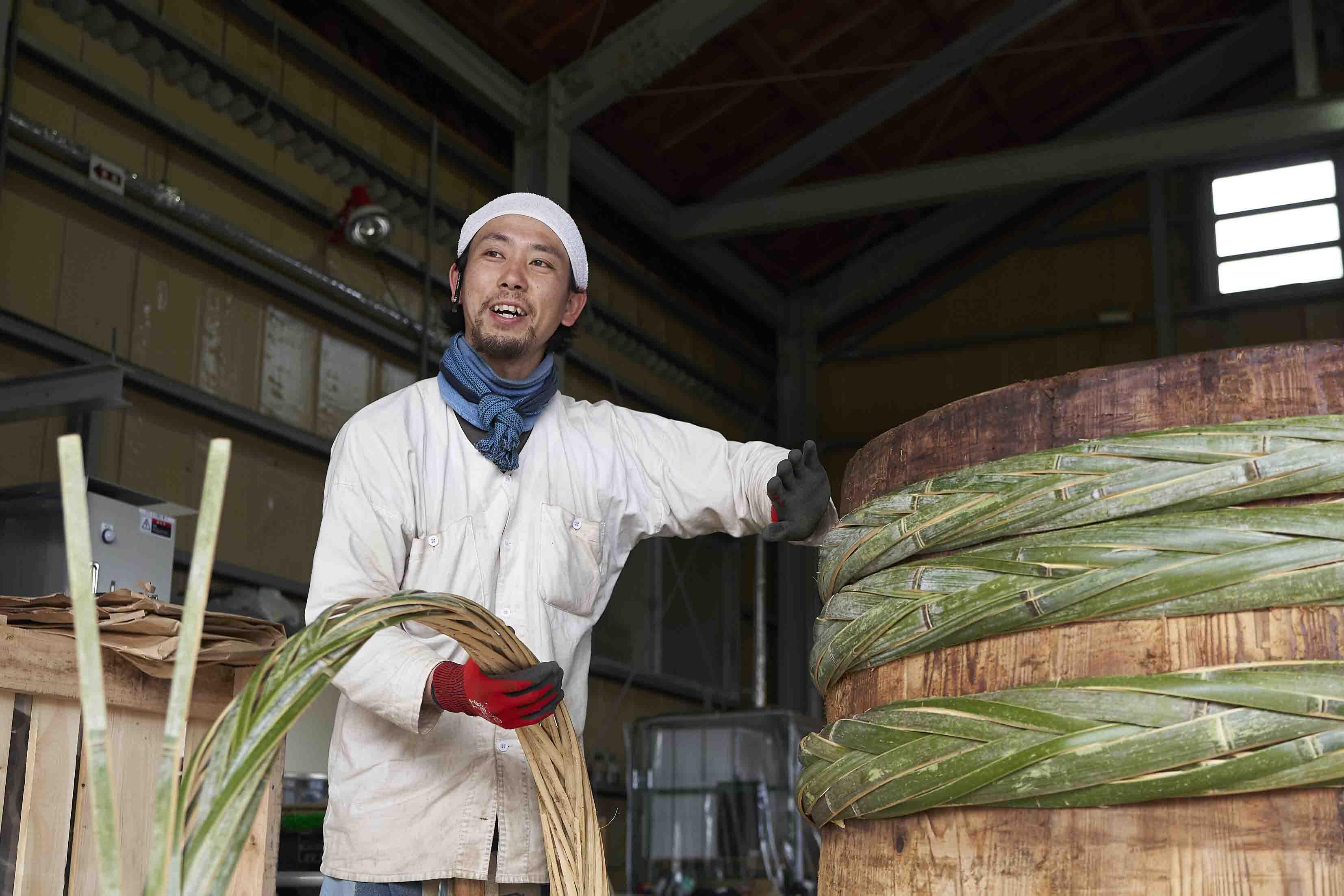 大樽を修繕する原田さん