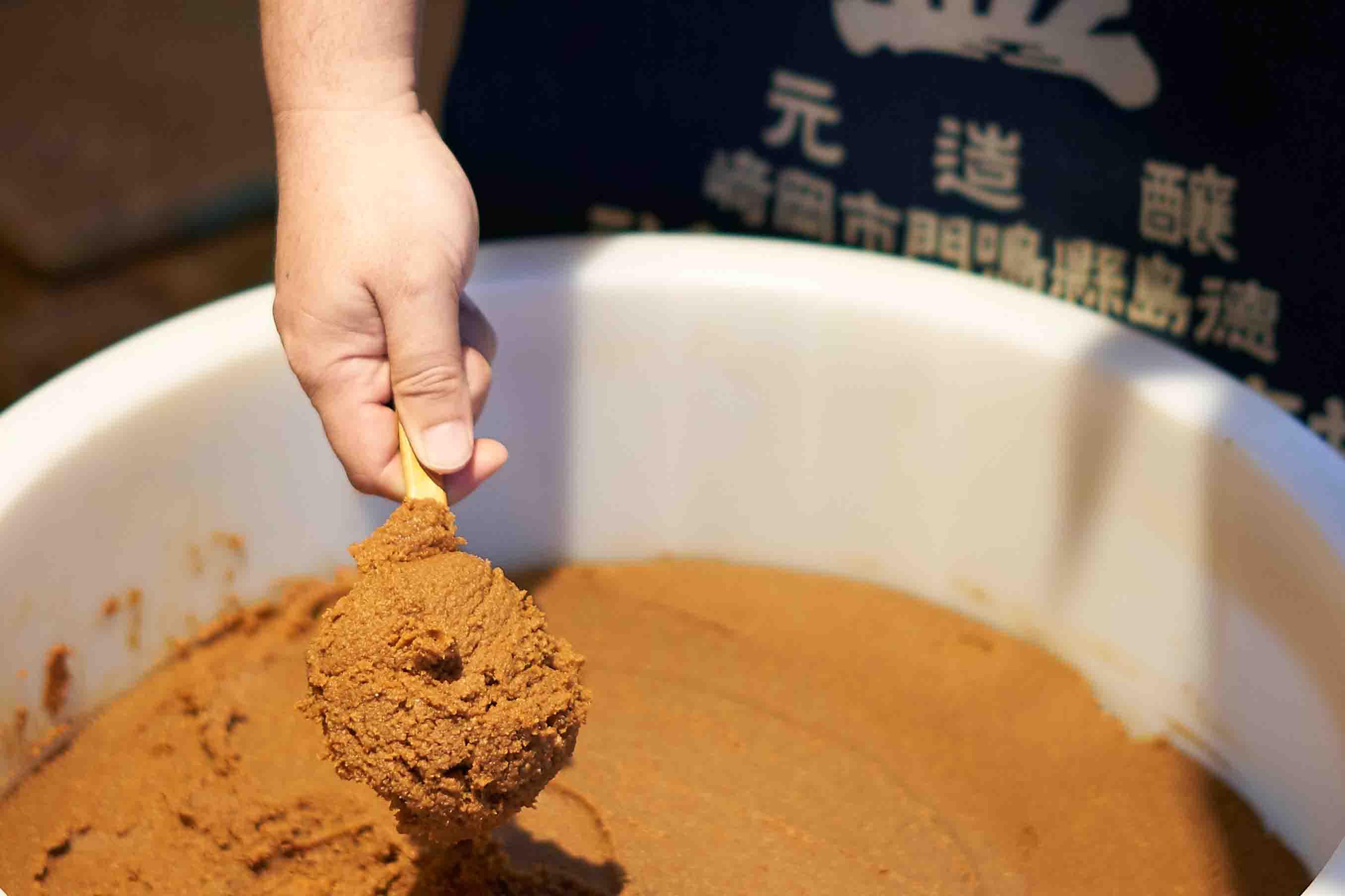 井上さんの作る天然酵母の味噌は、料理好きの人が「あそこのは美味しい!」と口々に褒める、知る人ぞ知る徳島のお味噌。遠方からわざわざ買い求める人も多いのだそう