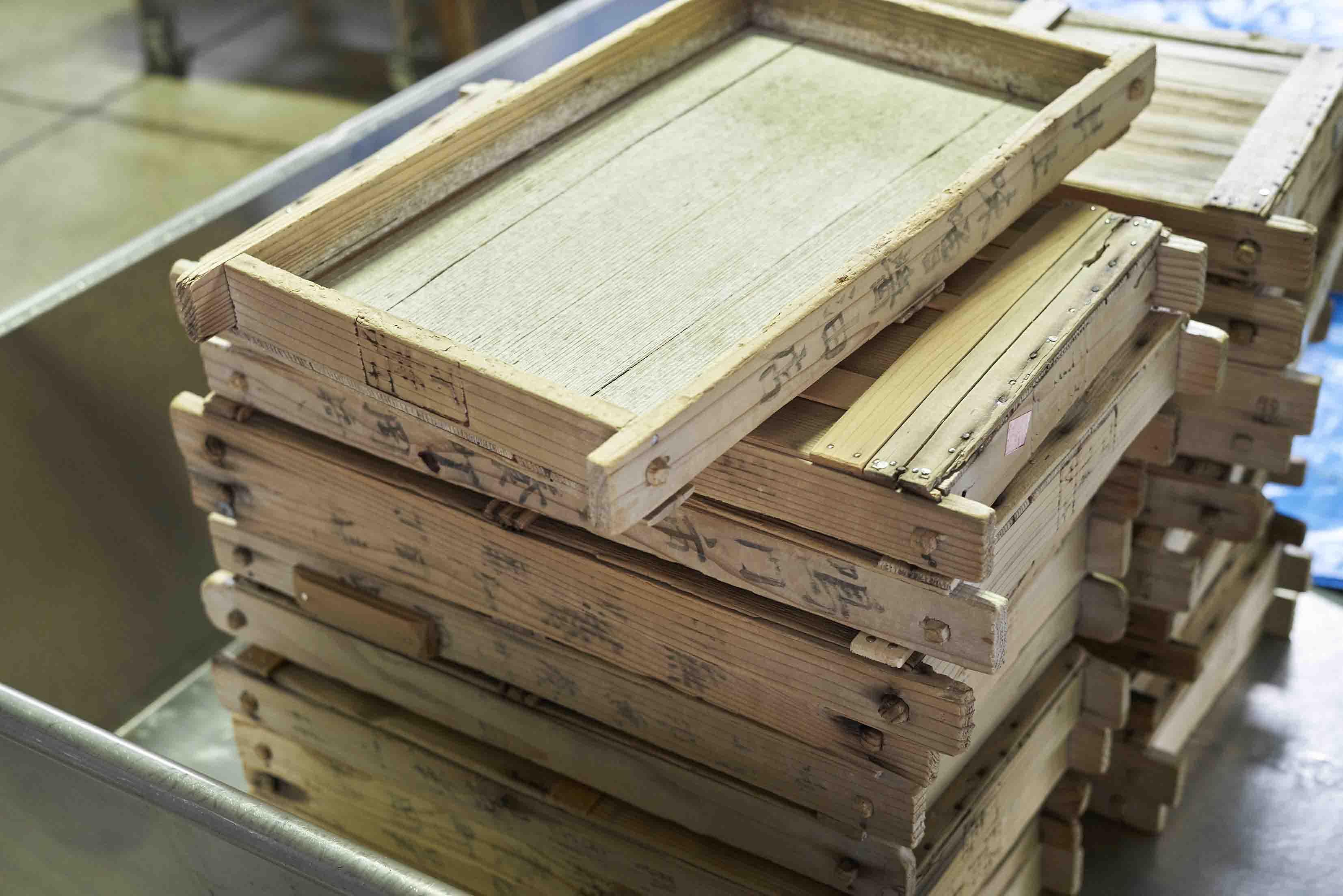 伝統の「もろぶた糀」といわれる米麹をつくる作業に欠かせない道具は、祖先の知恵いっぱいの木造りで、約40時間をかけて徹夜をしながら、手作業にて麹菌を育て上げます