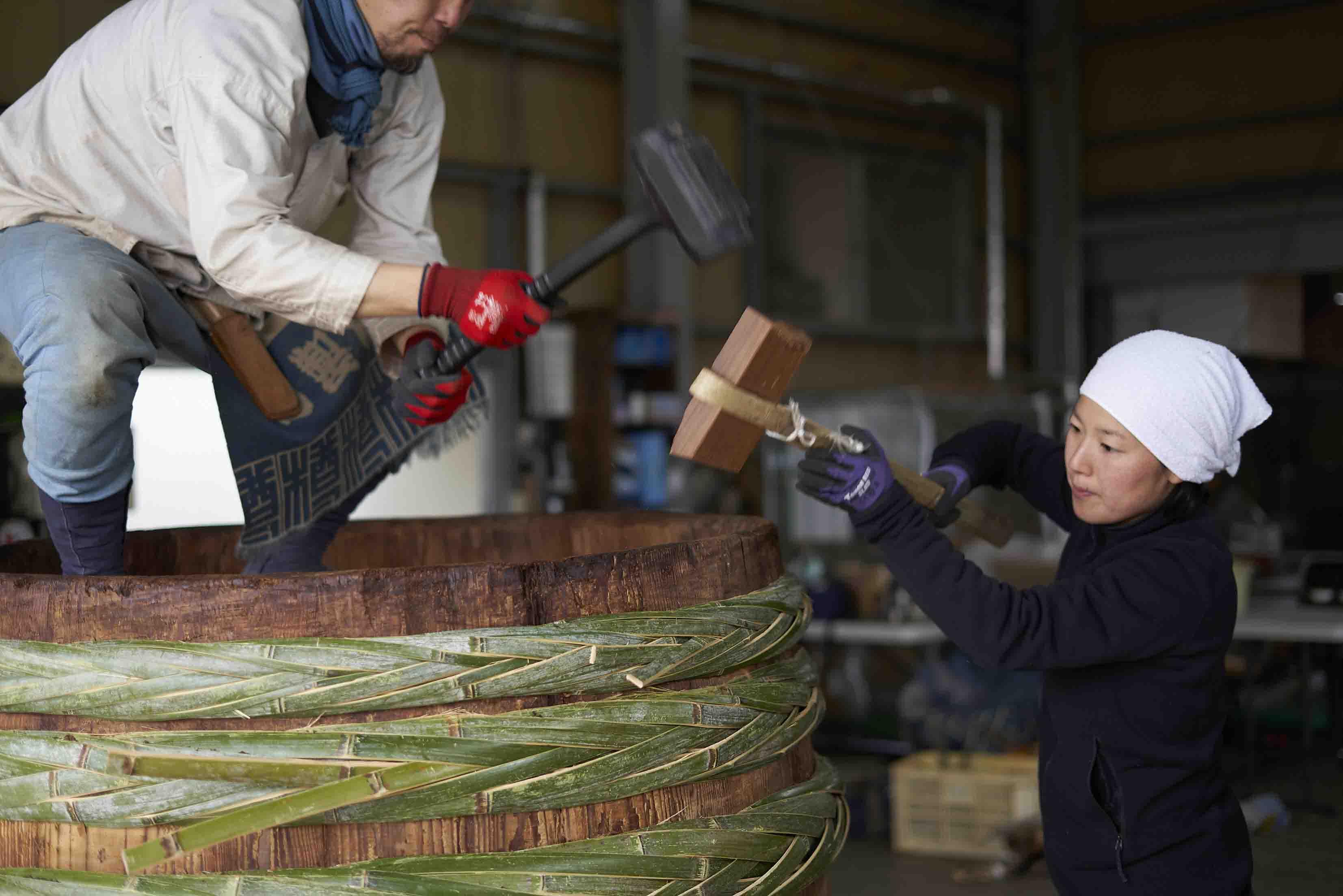 大樽を修理する原田さんと伊藤さん
