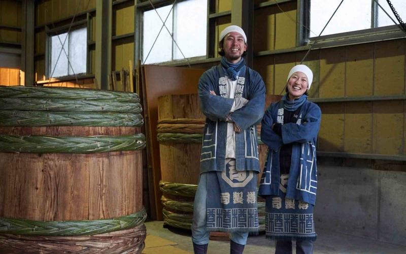 司製樽の親方、原田さん。弟子のみどりさん
