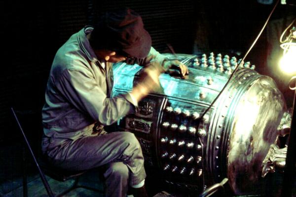 鋳物とは、金属をとかし、型に流し込んで器物を作ること。またその製品を指します (画像提供 高岡市)