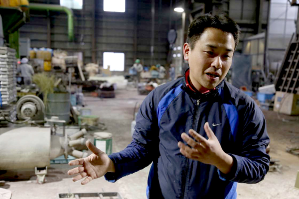 平和合金の藤田さん。平和合金は創業120年以上の歴史を持ち、大型鋳造を得意とする鋳物メーカー。二宮金次郎の哲学に共感し、その哲学を広めるため二宮金次郎の銅像を90年に渡って作り続ける