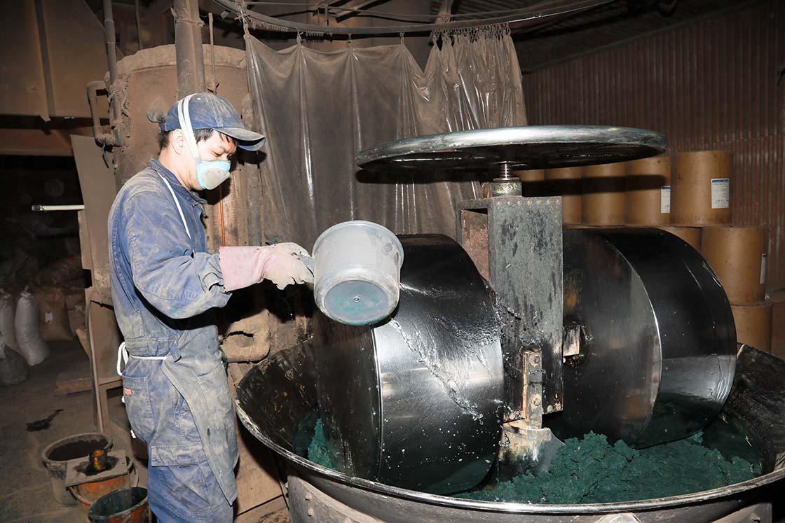 器具に材料を入れて混ぜ合わせる「練り玉づくり」の様子