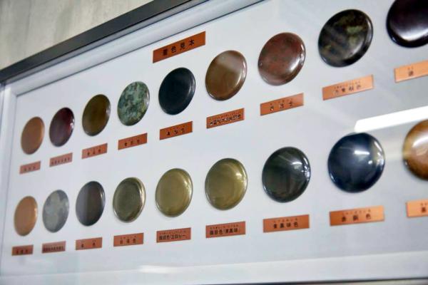 着色見本。鋳造法と同様に、着色の技術も長い年月の試行錯誤から多くの技法が生まれており、高岡でも伝統的な技法だけでなく、それらを応用した各社オリジナルの最新技法も多く存在する(画像提供:高岡市)
