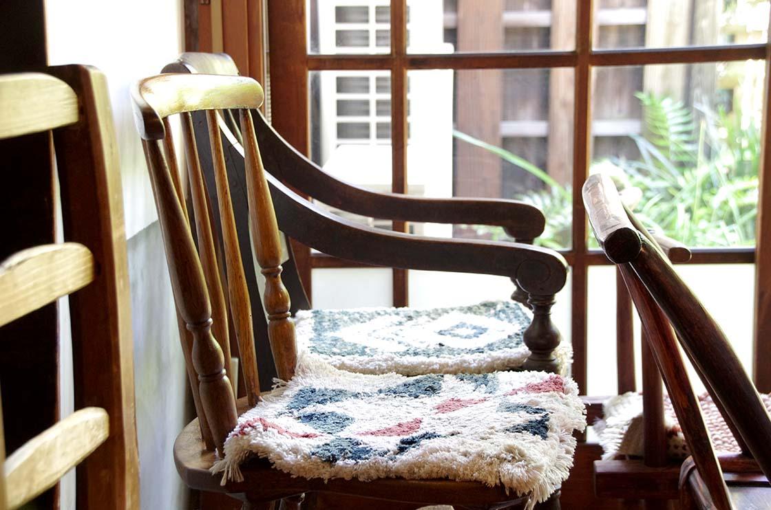 「倉敷ノッティング」と呼ばれる手織りの敷物
