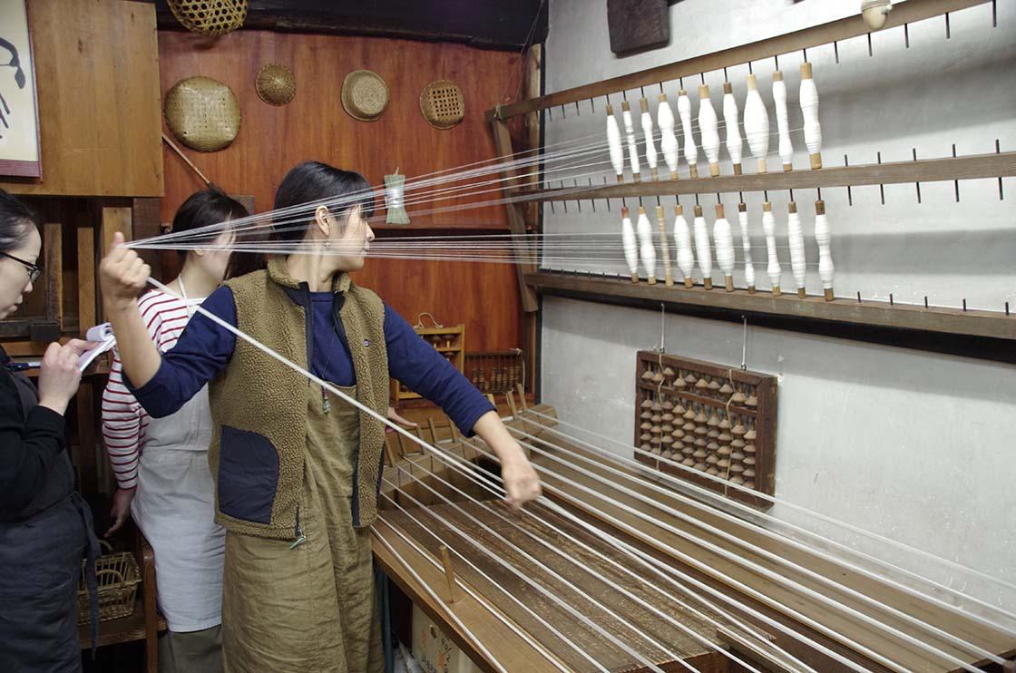 整経台を使い、織物に必要な本数や長さの経糸を揃えていく