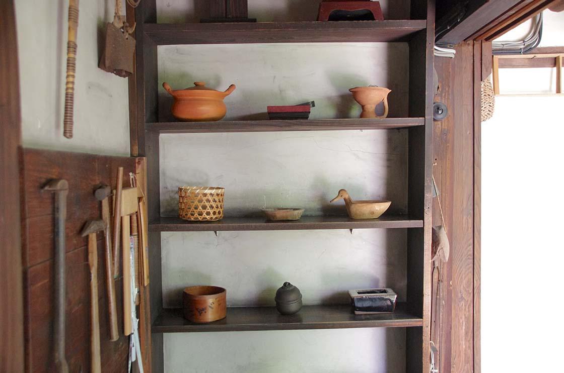 戸棚に並べられた器