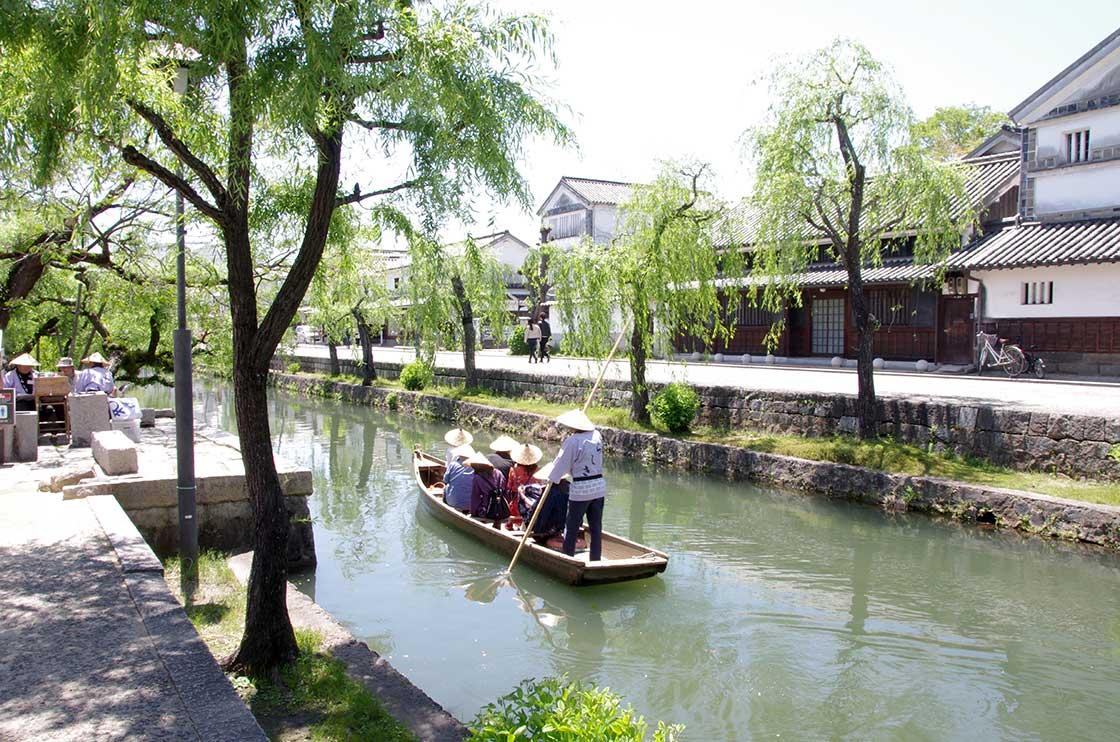川舟が進む倉敷川の風景