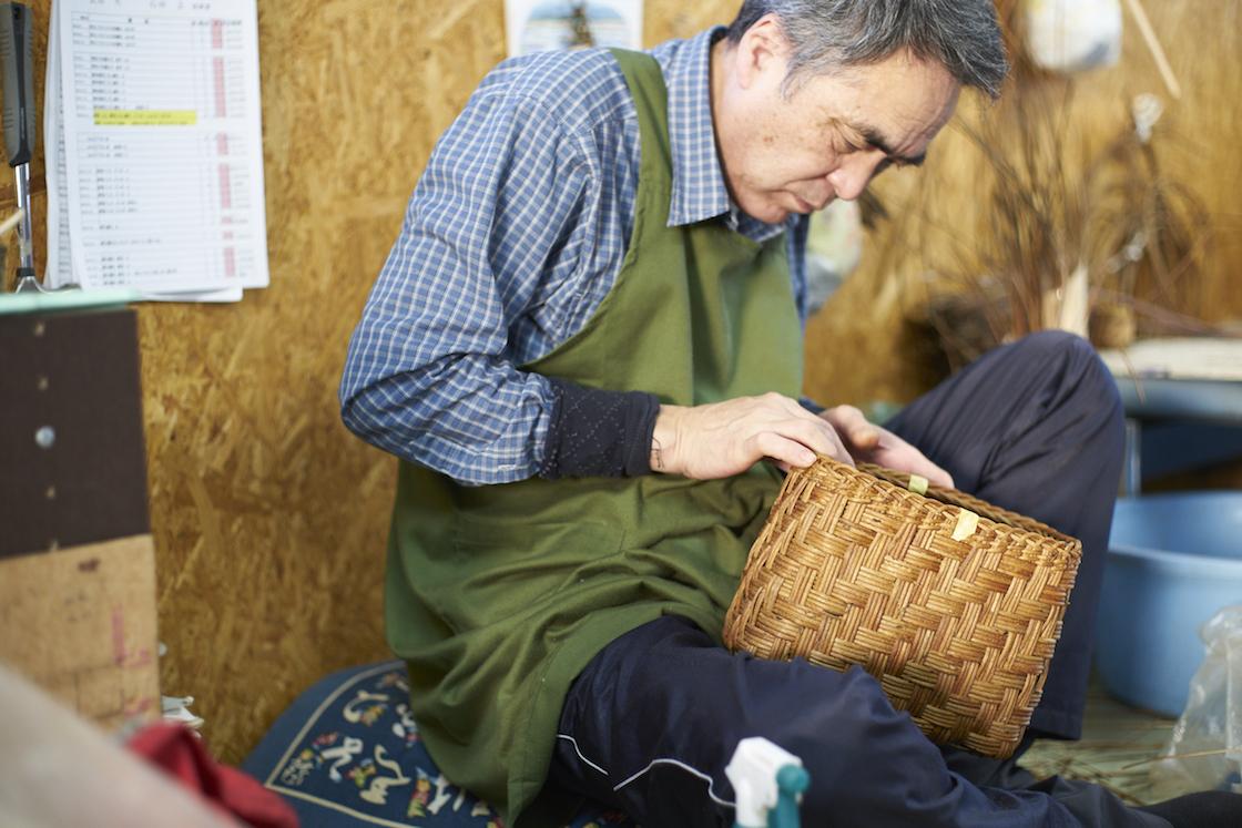 宮本工芸のあけびかご職人