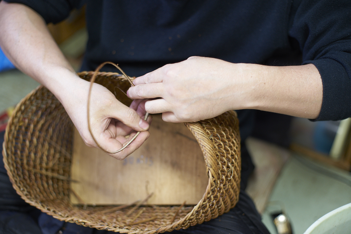 職人による手作りのあけびかごバッグ