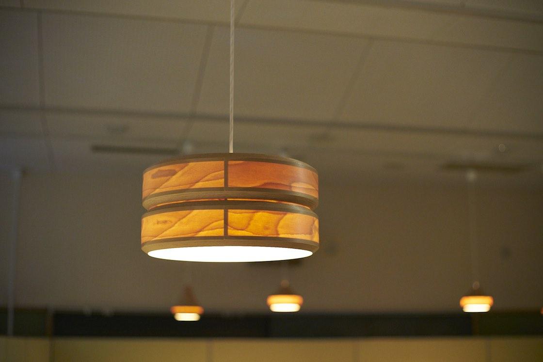 ランプシェードは今やBUNACOを代表するプロダクト。赤い透過光はブナならではなのだとか