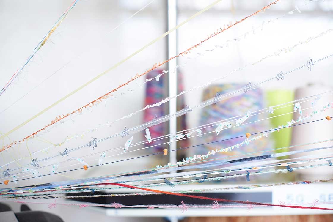 「交編」とは、2種類以上の異なる種類の糸を使用して編むこと