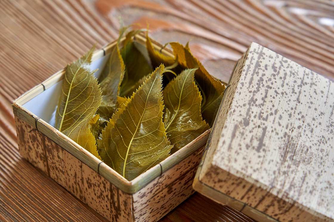たっぷりの、2枚の葉っぱで包まれているのも特徴的。葉っぱは伊豆で採れたものを使用