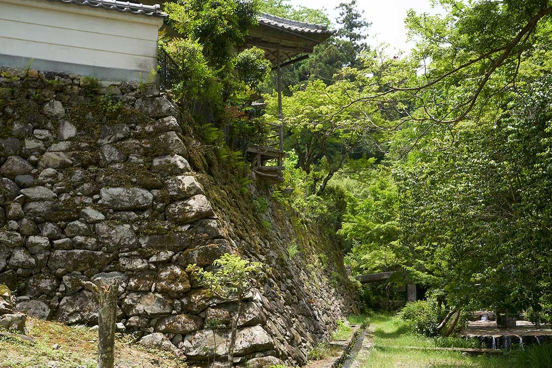 粟田建設の周囲には石積みが多く残っている