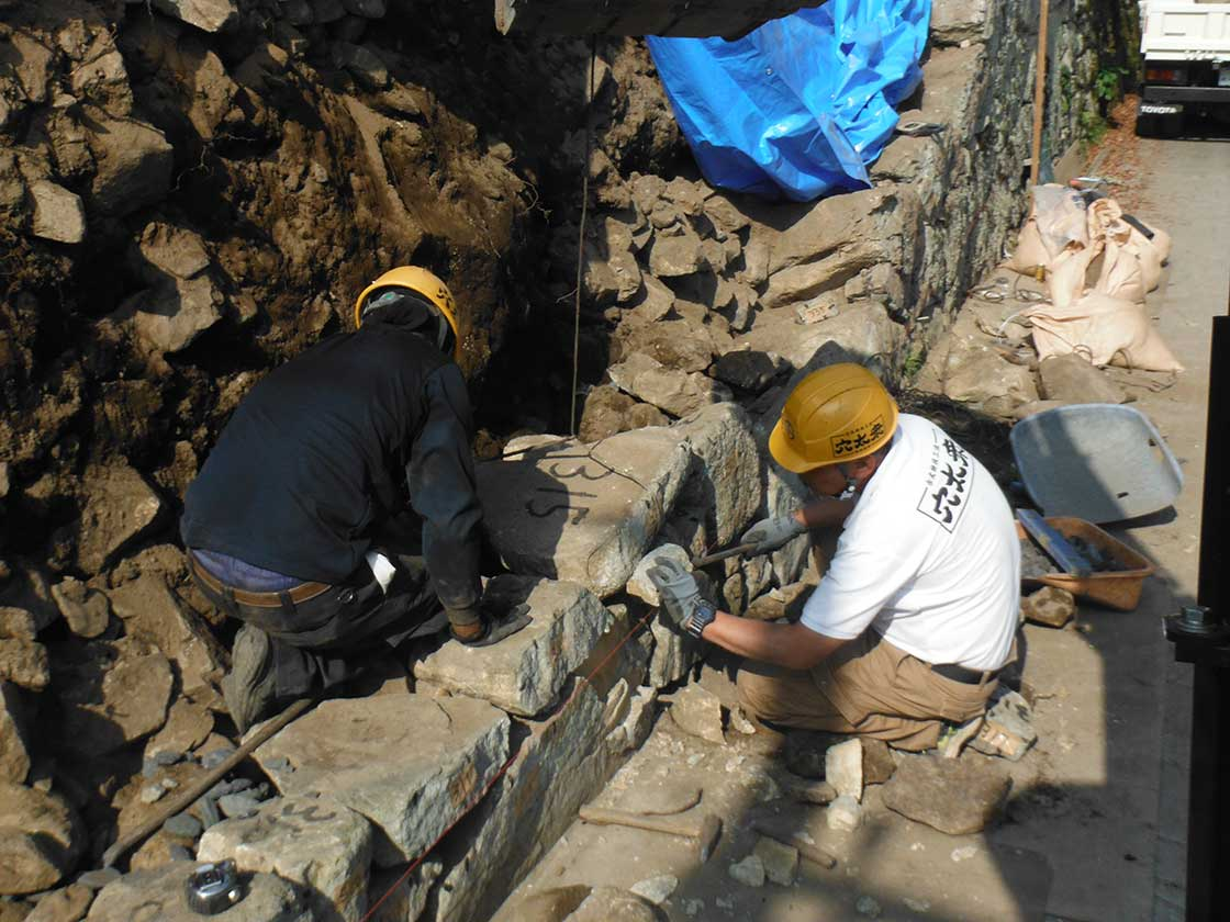 個人宅の石垣修復工事の様子